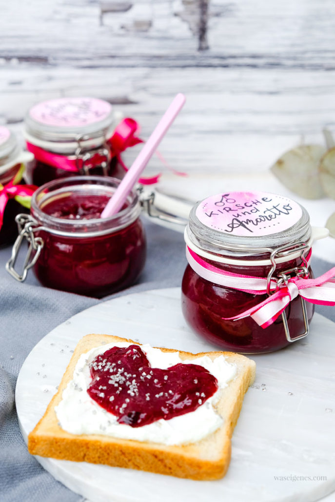 Jecke Kirsche! Rezept: Kirschmarmelade mit Amaretto und Glitzer, waseigenes.com #kirschmarmelade #amaretto #glitzer #marmeladenrezept #einfach #schnell