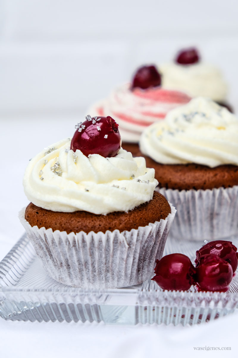 Rezept: Schoko Kirsch Cupcakes mit Glitzer, waseigenes.com | #schokokirsch #cupcakes #glitzer #rezept