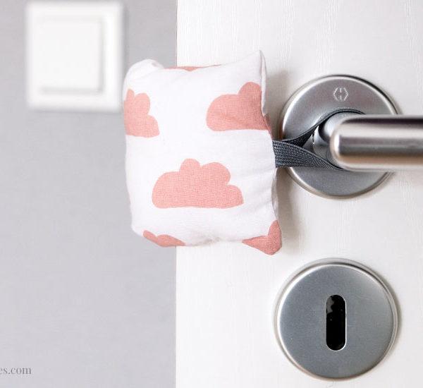 DIY Türstopper nähen | Stoff-Puffer für die Türklinke, keine klappernden Türen mehr | waseigenes.com #türstopper #nähen #einfach