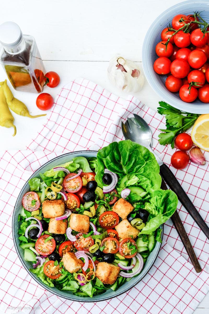 Rezept: Bauernsalat mit Honigtomaten, Oliven, Pepperoni und panierten Feta Würfel | waseigenes.com