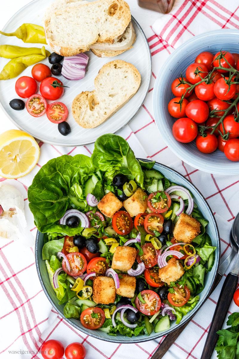 Rezept: Bauernsalat mit Honigtomaten, Oliven, Pepperoni, Zwiebeln, Salatgurke und panierten Feta Würfel | waseigenes.com