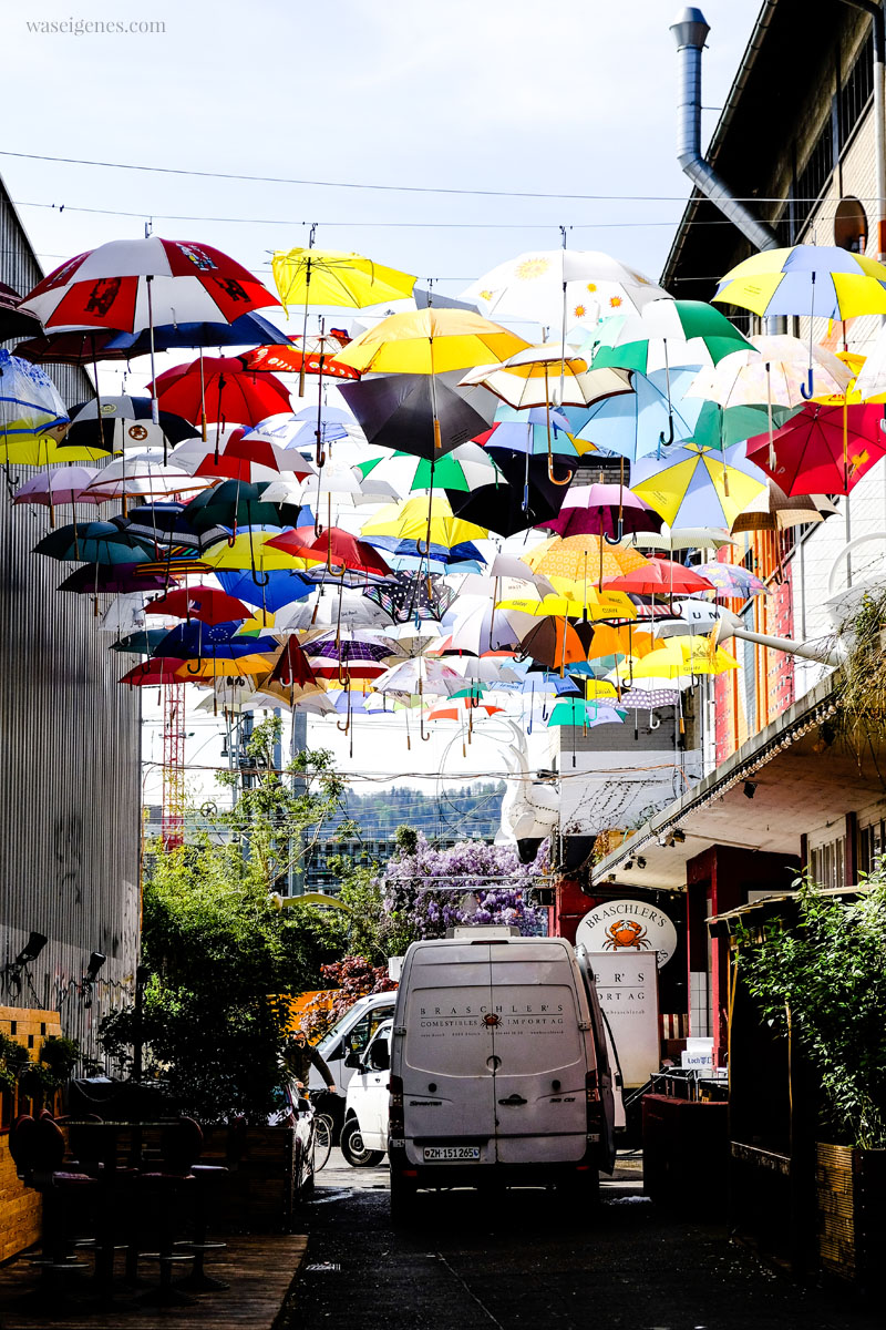 Zürich West: Ein Himmel voller bunter Regenschirme! Umbrella Alley, Geroldstraße, waseigenes.com