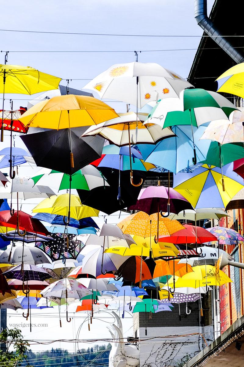 Zürich: Umbrella Alley, Geroldstraße, gleich neben dem Freitag Falgship Store, Ein Himmel voller bunter Regenschirme! waseigenes.com