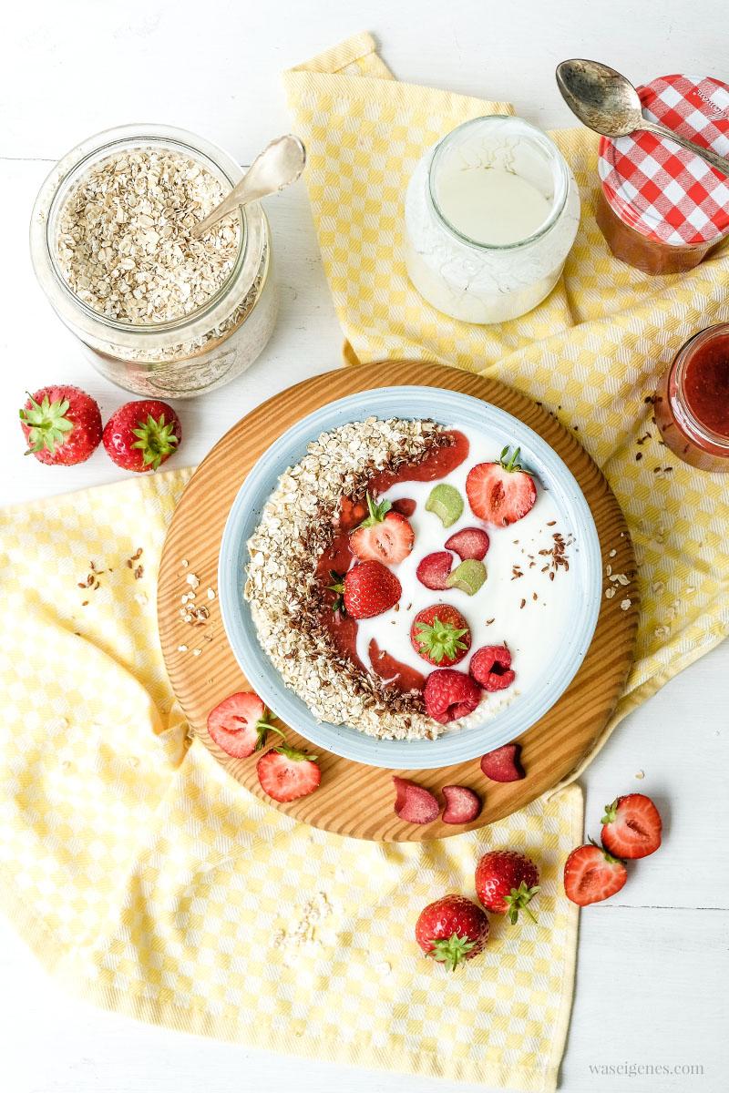 Frühstücksbowl: Regionler Joghurt mit Erdbeer-Rhabarber-Marmelade, Haferflocken und Leinsamen | waseigenes.com