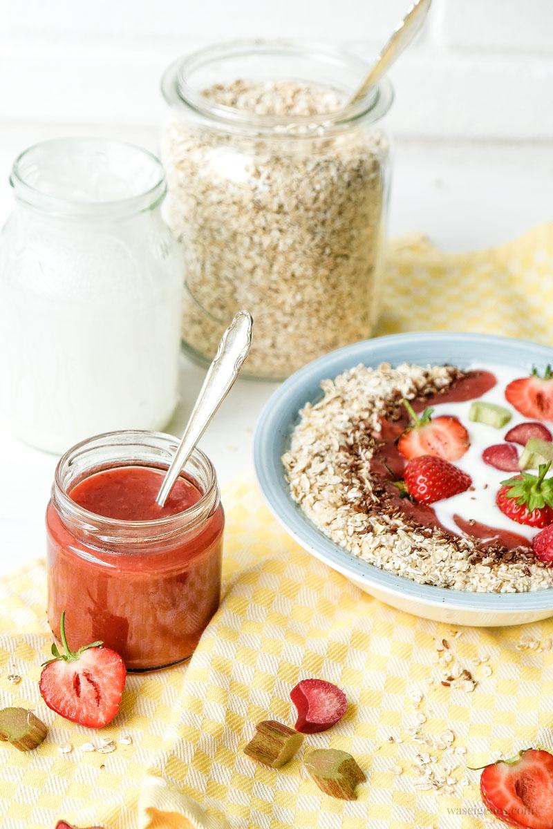 Rezept: Erdbeer-Rhabarber-Marmelade | Frühstücksbowl mit regionlem Joghurt mit Erdbeer-Rhabarber-Marmelade, Haferflocken und Leinsamen | waseigenes.com