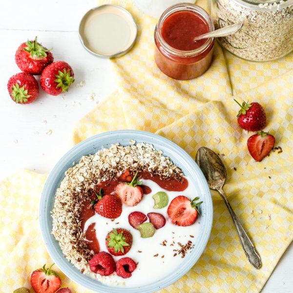 Zum Frühstück: Joghurt, Haferflocken, Leinsamen, Erdbeer-Rhabarber-Marmelade und frische Früchten, waseigenes.com