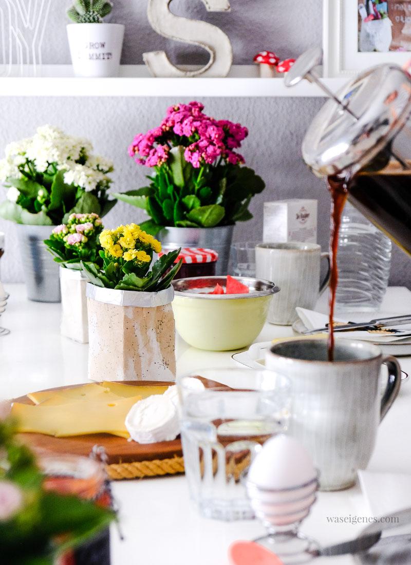 Frühstückstisch mit Kalanchoe | DIY Upcycling/ Recycling: Aus Milchtüten Blumentöpfe basteln & bestempeln | waseigenes.com