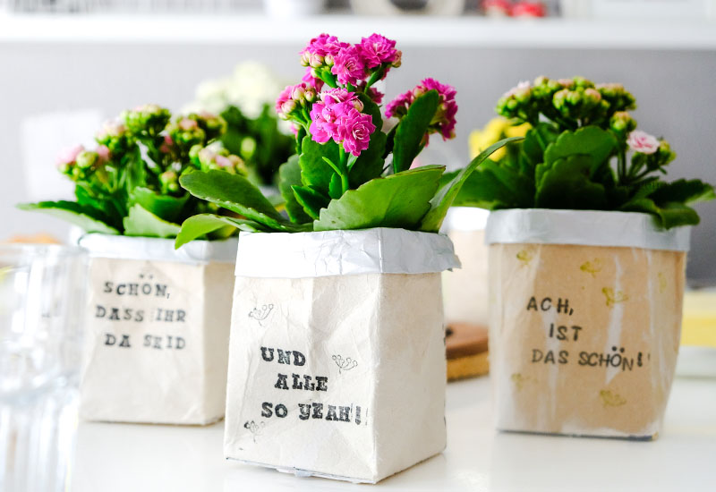 Bestempelter DIY Milchtüten Blumentopf, Upcycling Idee, Material & Anleitung | waseigenes.com