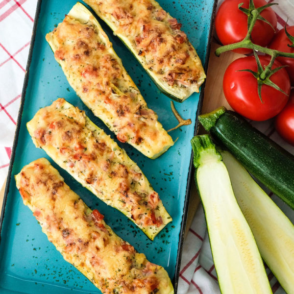 Rezept: Gefüllte Zucchini mit Tomaten und Schinken. Dazu schmeckt Putengeschnetzeltes und Reis, waseigenes.com