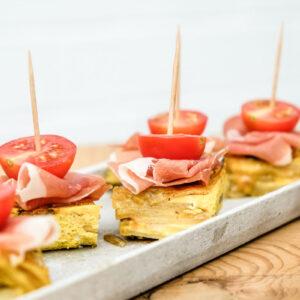 Rezept: Tortilla Würfel mit Serrano Schinken und Honigtomaten, waseigenes.com