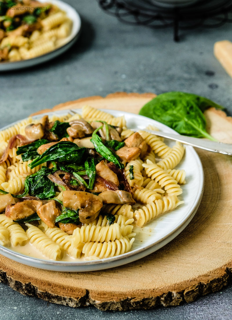 Schnelles Mittagessen Rezept: Pasta mit Hähnchenbrust, Blattspinat & Champignons | waseigenes.com