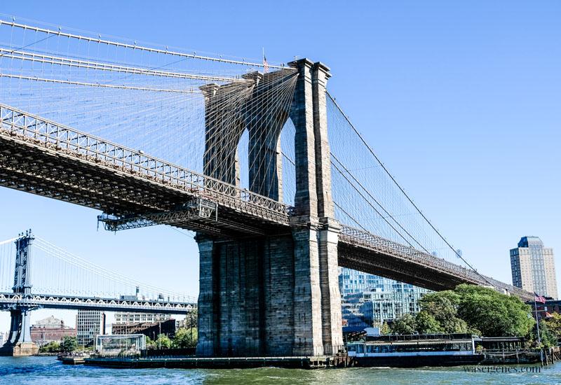 New York: Blick vom Boot (Hudson) auf die Skyline von New York, Brooklyn Bridge, waseigenes.com