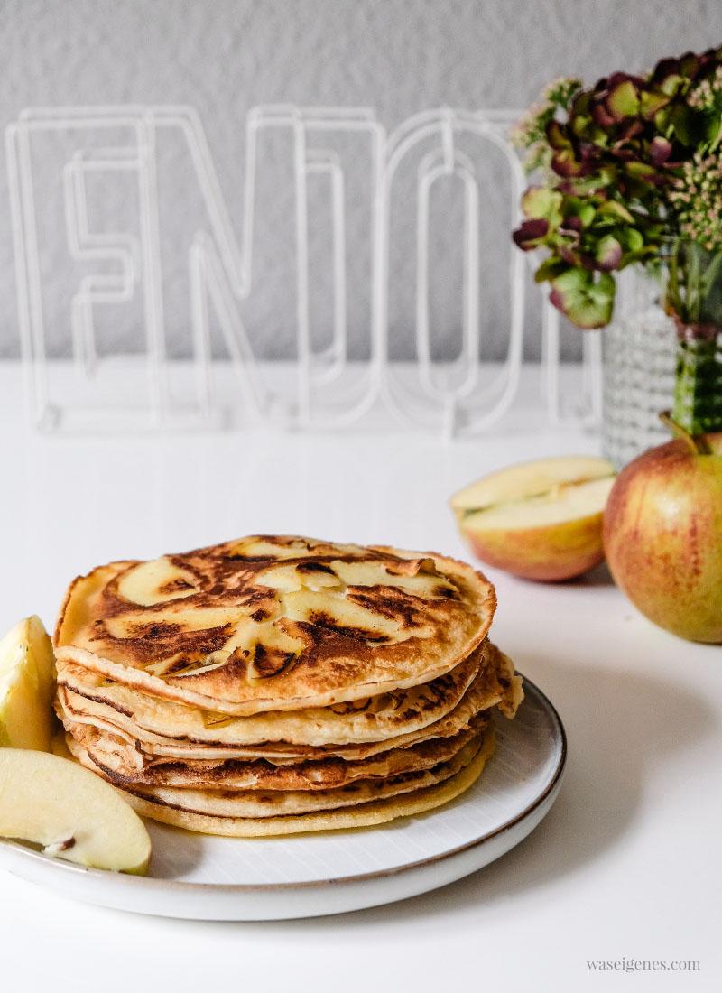 Rezept: Apfelpfannkuchen. Pfannkuchen mit dünn gehobelten Apfelspalten #Pfannkuchen #Eierkuchen #Apfelpfannkuchen | waseigenes.com