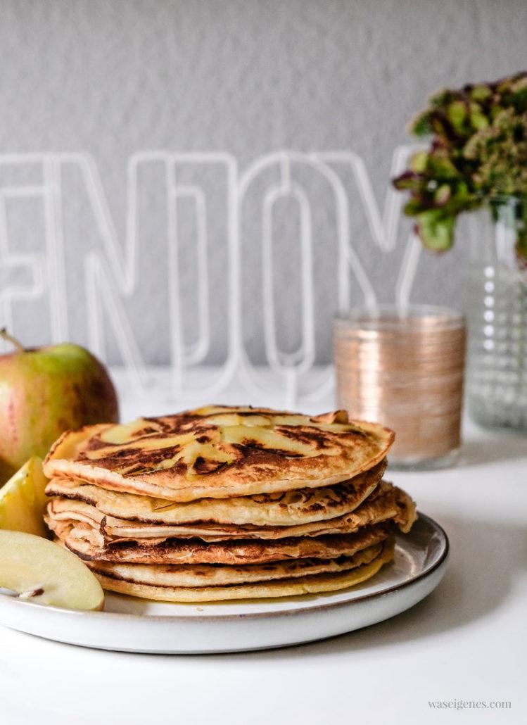 Beliebter Klassiker! Apfelpfannkuchen (Rezept) #Pfannkuchen #Eierkuchen #Apfelpfannkuchen | waseigenes.com