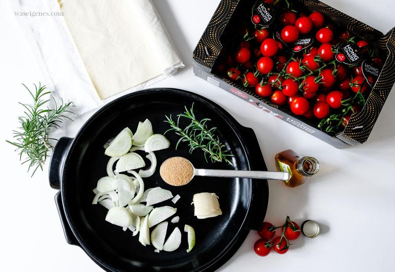 Rezept: Tomaten Tarte - Schritt für Schritt Anleitung. Die Zwiebeln werden mit Butter und braunem Zucker in der Pfanne karamellisiert | waseigenes.com