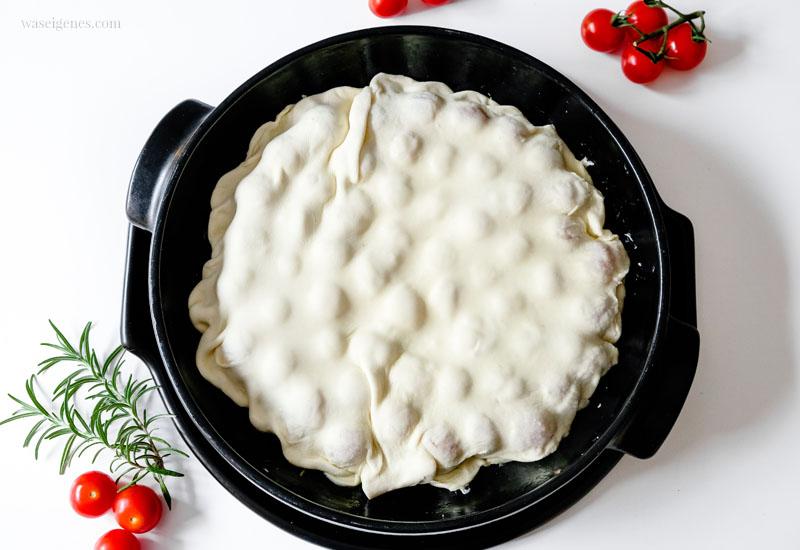 Rezept: Tomaten Tarte - Schritt für Schritt Anleitung. Zum Schluss werden die Tomaten mit Blätterteig zugedeckt | waseigenes.com
