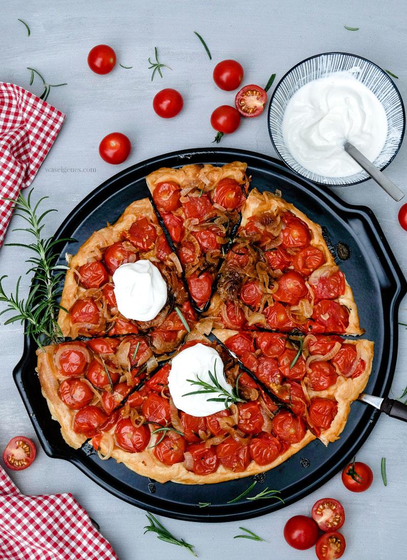 Rezept: Tomaten Tarte | kopfüber gebacken mit karamellisierten Zwiebeln und Rosmarin. Dazu schmeckt: Ziegenfrischkäse | waseigenes.com