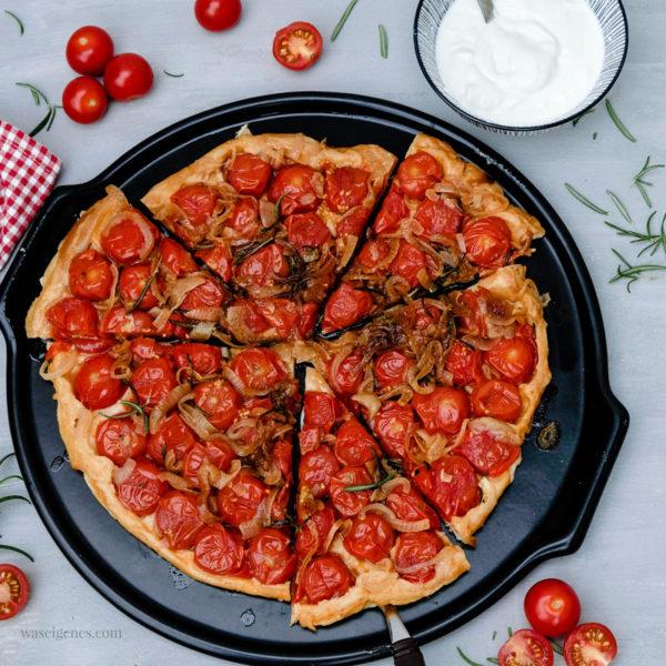 Rezept: Tomaten Tarte | kopfüber gebacken mit karamellisierten Zwiebeln und Rosmarin und köstlichen Honigtomaten | waseigenes.com