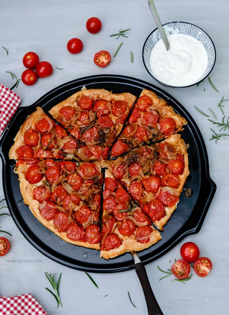 Rezept: Tomaten-Tarte | kopfüber gebacken mit karamellisierten Zwiebeln und Rosmarin | waseigenes.com