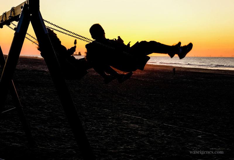 Familienurlaub in Holland - Strand in Domburg. Schaukel neben dem Strandpaviljoen Noordduine, waseigenes.com