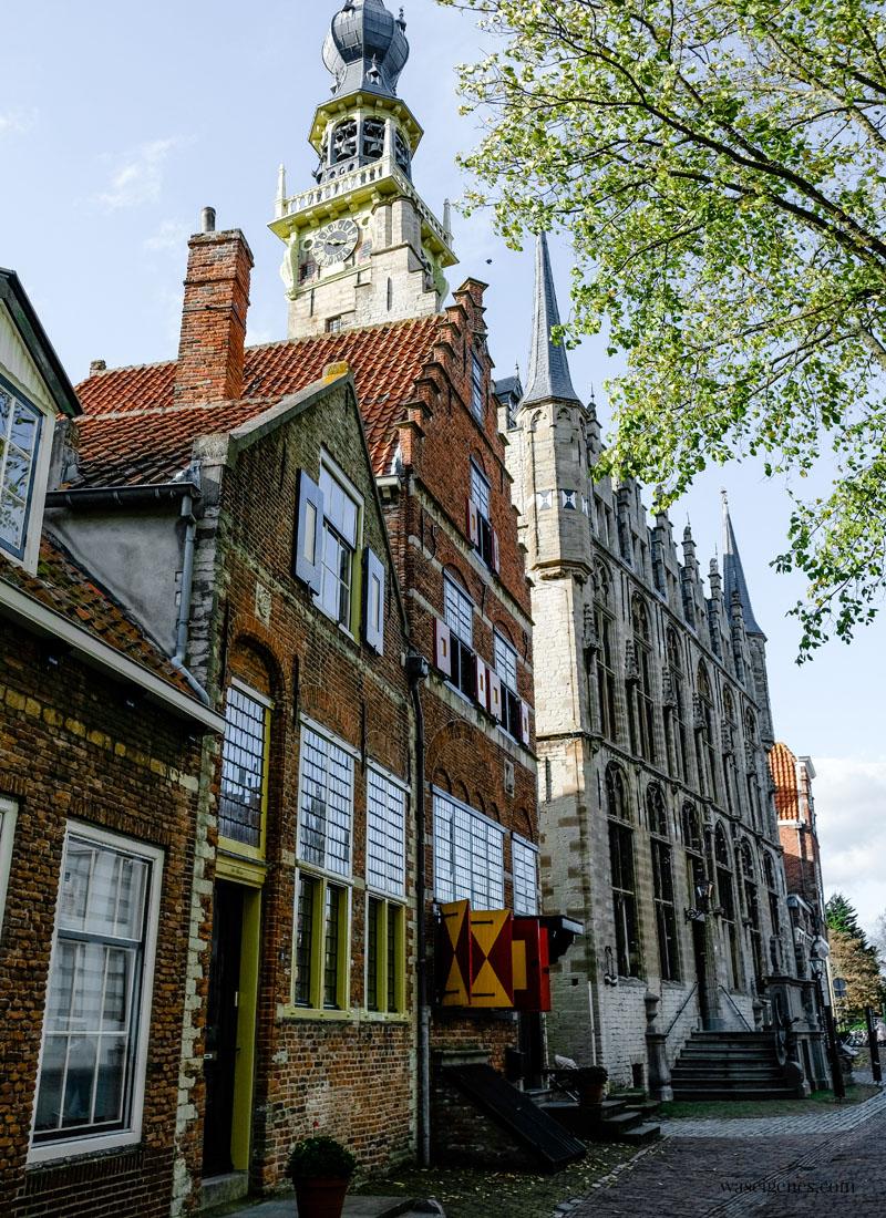 Holland - Niederlande: Veere, hübsches Dörfchen mit historischem Stadtkern in der Provinz Zeeland, Historisches Rathaus, waseigenes.com