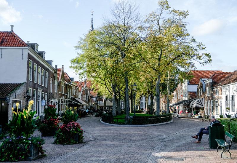 Holland - Niederlande: Veere, hübsches Dörfchen mit historischem Stadtkern in der Provinz Zeeland, Marktplatz, waseigenes.com