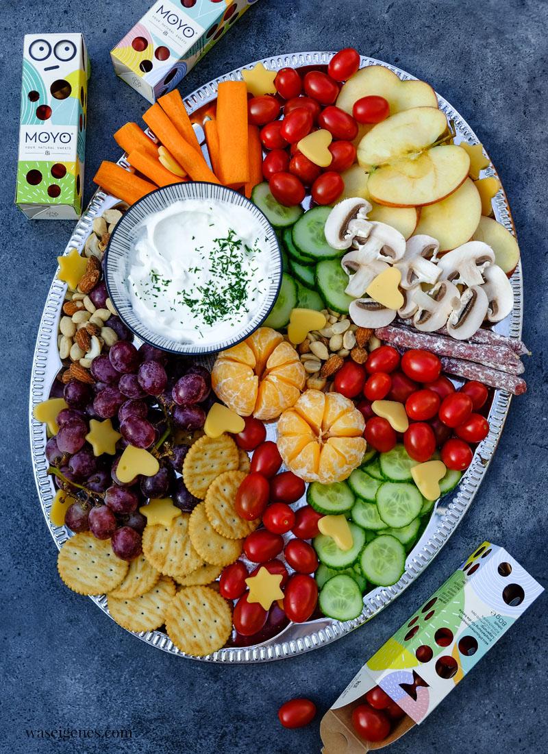 Bunte Platte: Äpfel, MOYO Snack-Tomaten, Gurken, Mandarinchen, Käse-Herzen, Cracker und Nüsse, dazu ein Quark-Dip, waseigenes.com