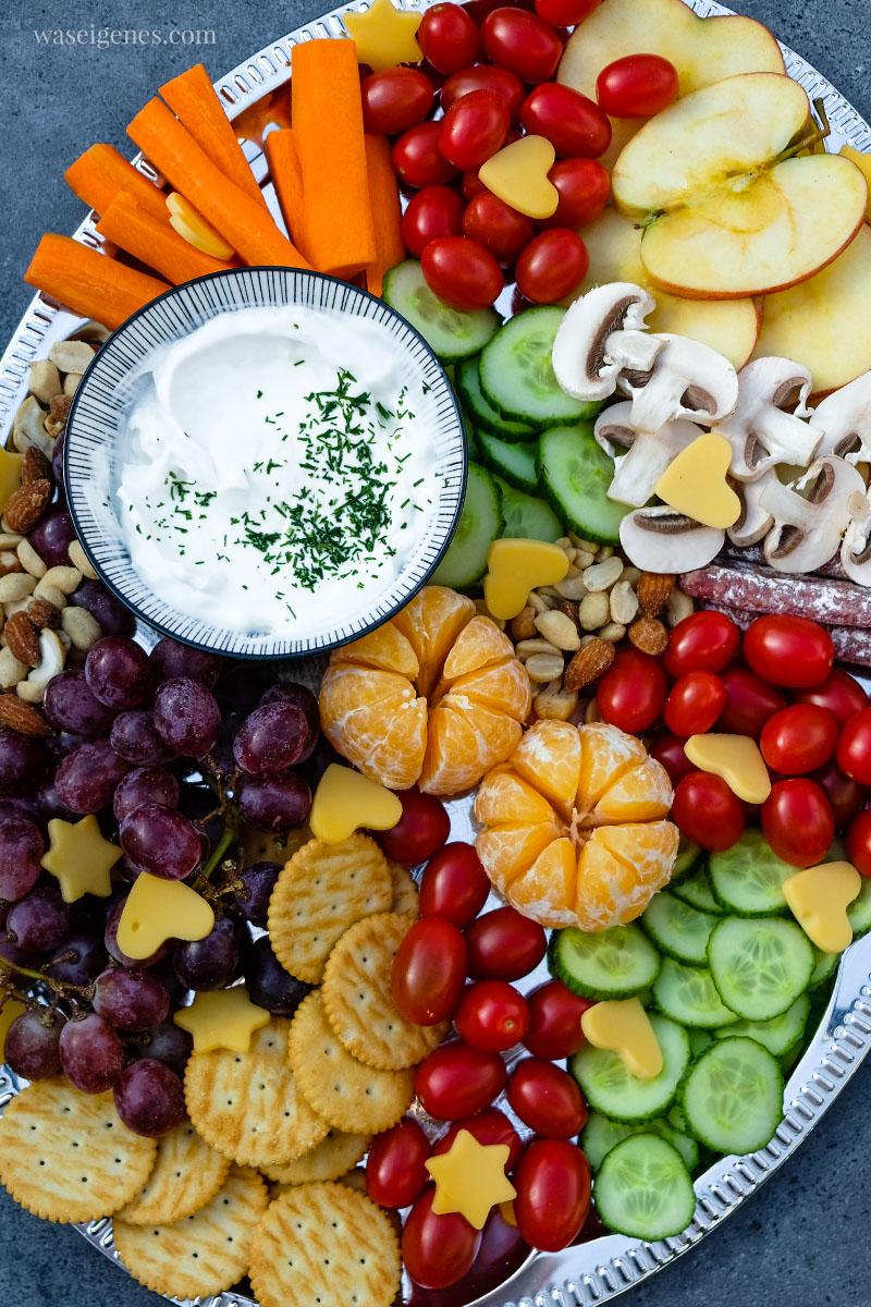 Bunte Platte: Äpfel, Tomaten, Gurken, Mandarinchen, Käse-Herzen, Cracker und Nüsse, waseigenes.com