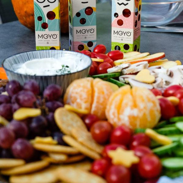 MOYO Snack-Tomate für Kinder | Bunte Platte mit Äpfel, Tomaten, Gurken, Mandarinchen, Cracker und Nüsse, waseigenes.com