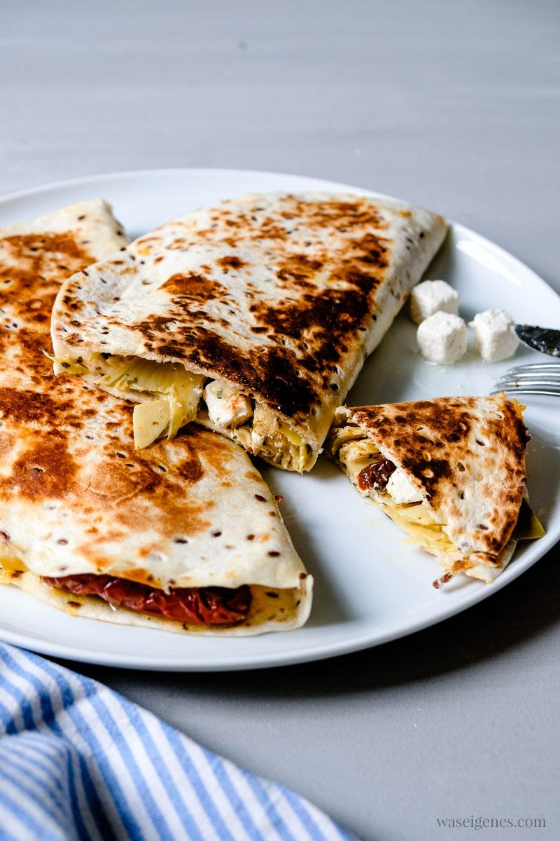 Mittagessen Inspiration:  Quesadilla mit Artischocken, getrockneten Tomaten, Feta & Cheddar | waseigenes.com