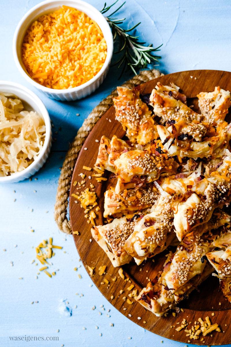 Rezept für herzhafte Sauerkraut-Stangen mit Cheddar, Schinken und Sesam. | waseigenes.com