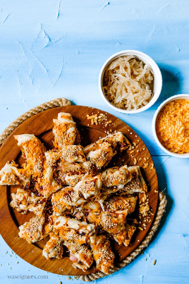 Rezept für herzhafte Sauerkraut-Stangen mit Cheddar, Schinken und Sesam.