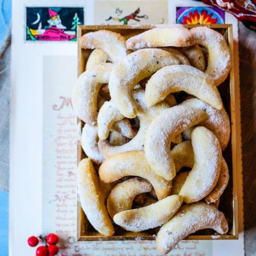Vanillekipferl - Die dürfen auf dem Plätzchenteller nicht fehlen! Weihnachtsplätzchen Rezept für Vanillekipferl | waseigenes.com