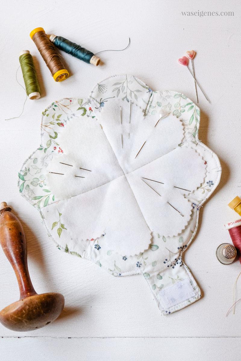 DIY Nadeltäschchen selber nähen: Ein genähtes Kleeblatt wird zu einem Herz gefaltet und mit Klett verschlossen | waseigenes.com