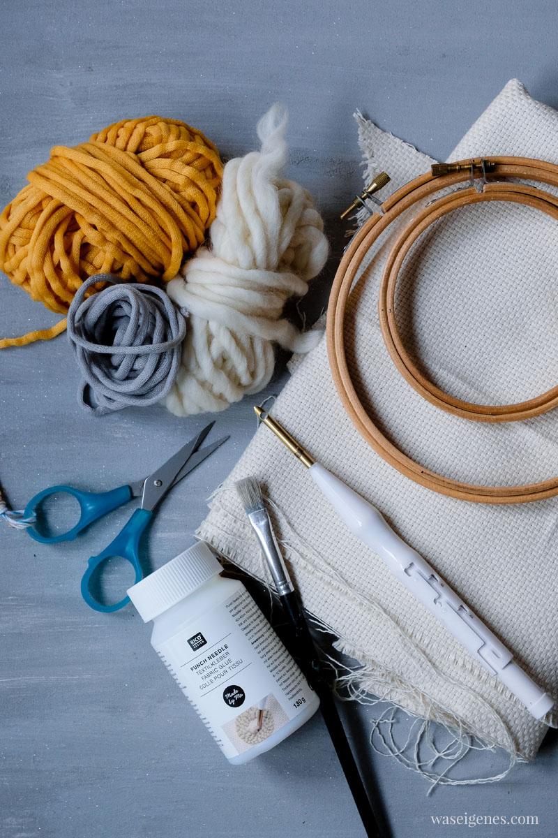 Material Punch Needle Stickbild: Stickrahmen, Mönchsstoff, Textilkleber, Pinsel, Schere, Wolle und eine Punch Needle | waseigenes.com