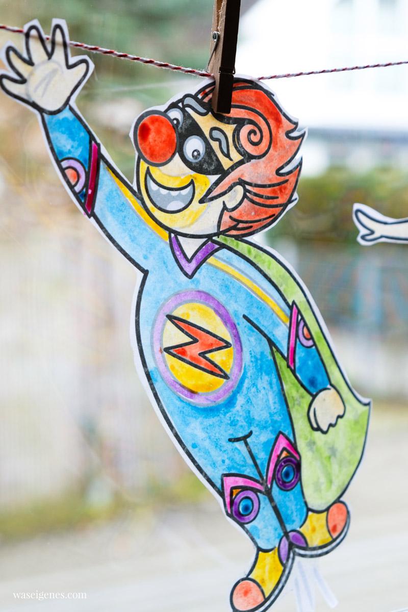 DIY Fensterdeko zu Karneval: Bunte Clowns (Malvorlagen) ausschneiden und an einer Kordel ins Fenster hängen | waseigenes.com