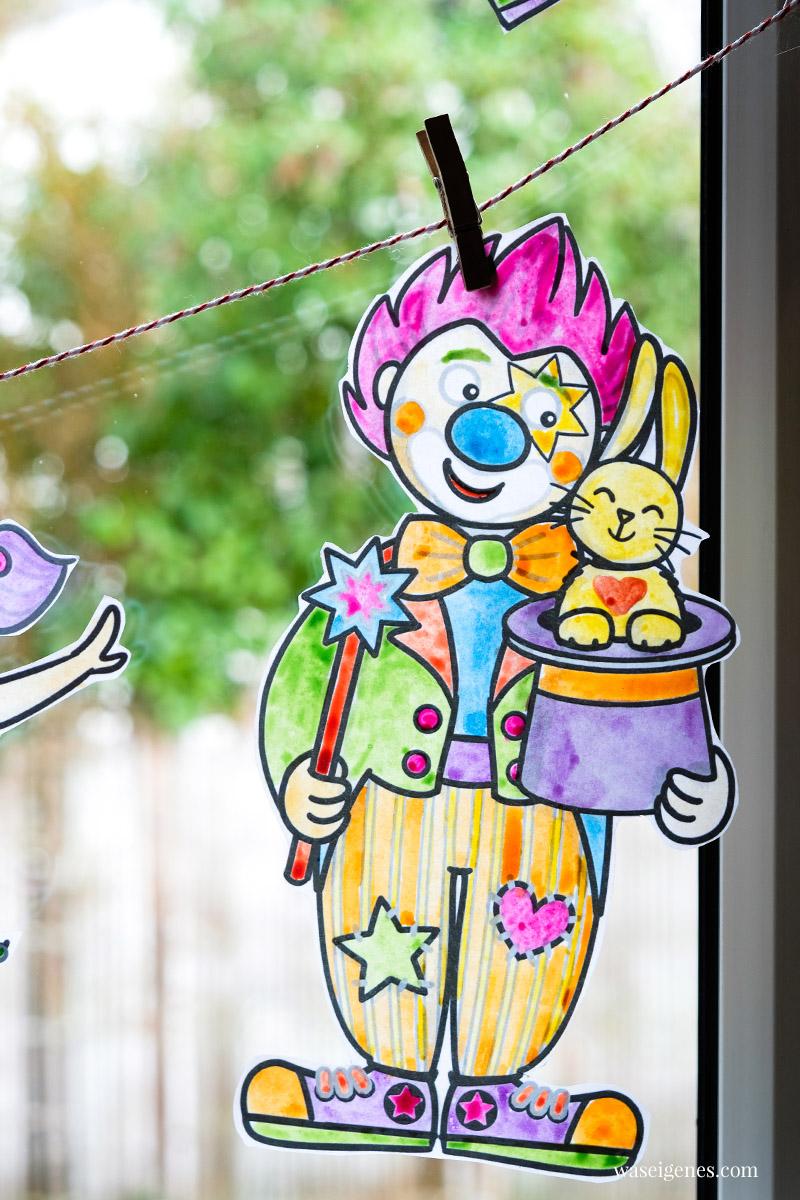 DIY Fensterdeko zu Karneval: Fröhlich bunte Clowns (Malvorlagen) ausschneiden und an einer Kordel ins Fenster hängen | waseigenes.com