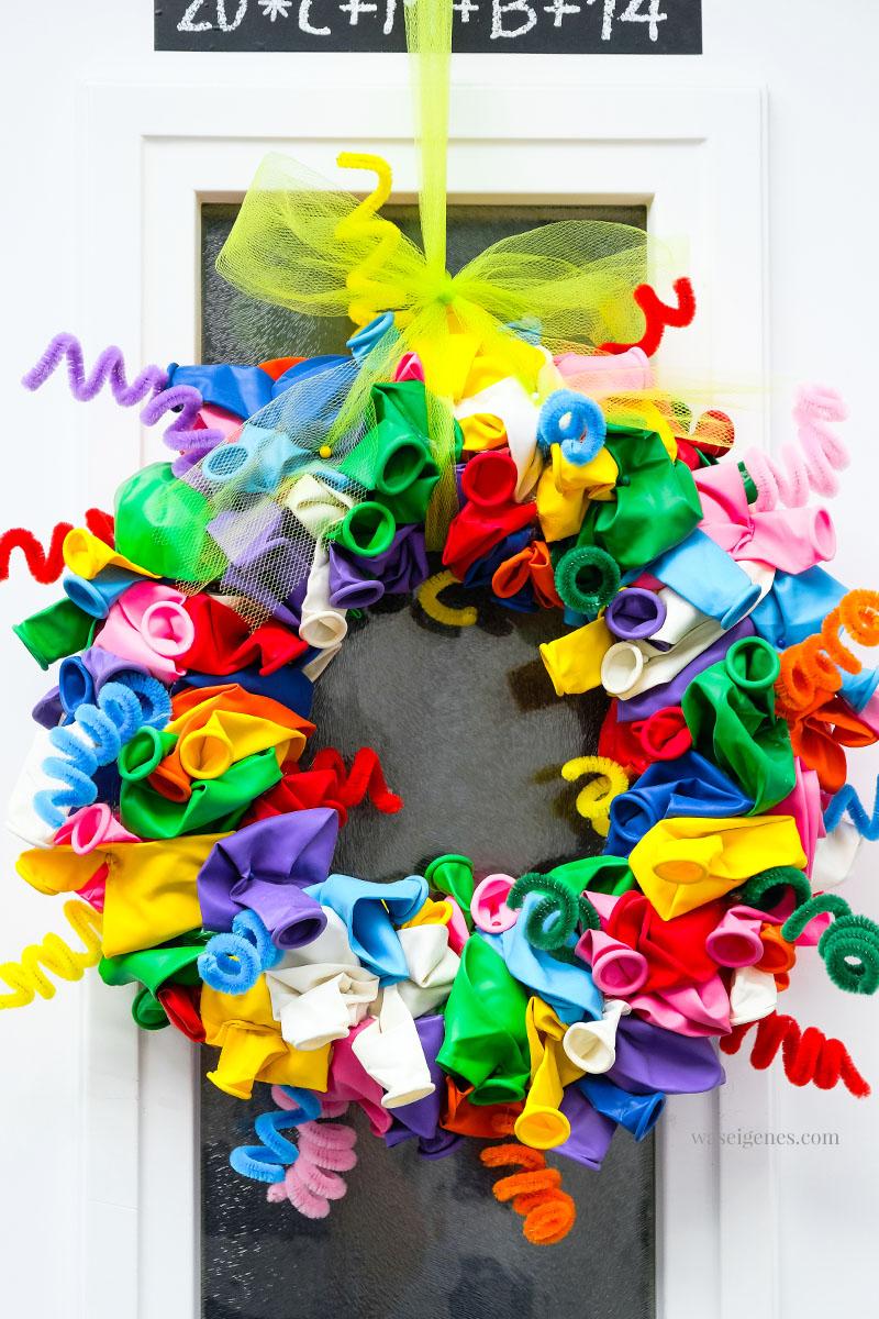 Türkranz: DIY Luftballon Kranz mit bunten Pfeifenreiniger | waseigenes.com