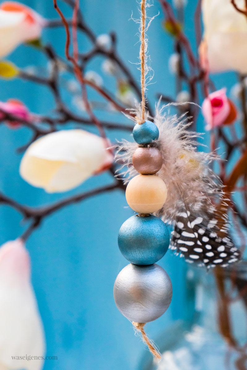 Basteln für Ostern: Anhänger für den Osterstrauch aus Holzkugeln und Federn basteln, #DIY #DIYOstern waseigenes.com