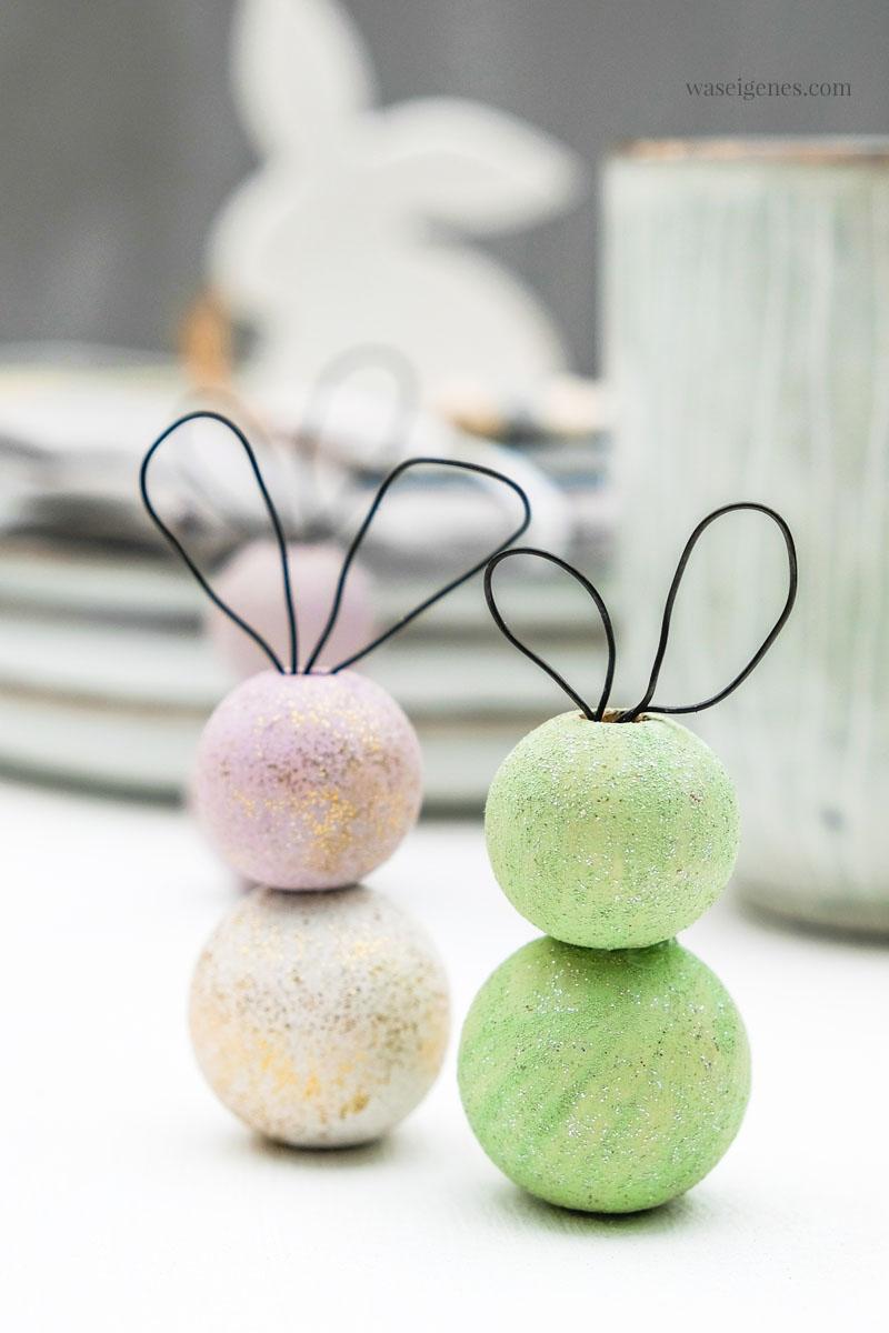 Basteln für Ostern: Kleine Osterhasen aus Holzkugeln und Draht basteln, #DIY #Ostern #OsternDIY waseigenes.com
