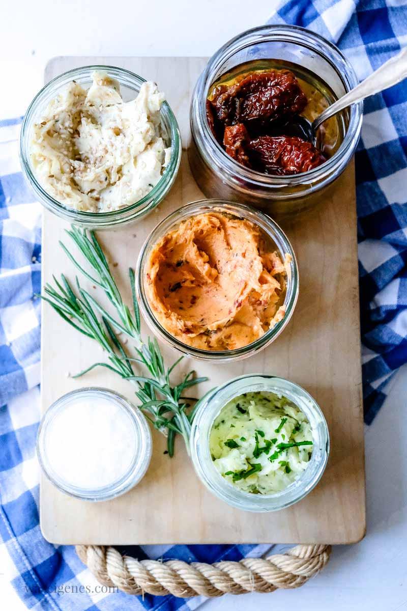 Grillbutter ganz einfach selber machen: Würzige Tomatenbutter, Sesambutter und Kräuterbutter, waseigenes.com #we #waseigenes #grillbutter