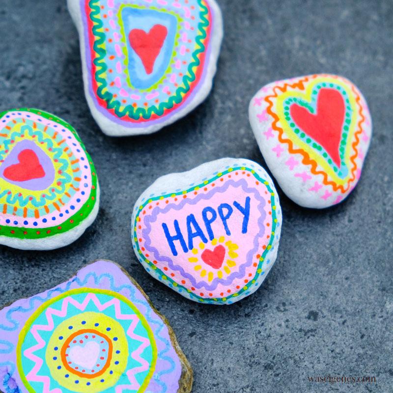 Bunte, bemalte Steine - Happy, Liebe, Herzen, Punkte. Ein toller DIY Trend und ein Zeichen der Gemeinschaft, waseigenes.com #waseigenes #SteineBemalen #paintedrocks