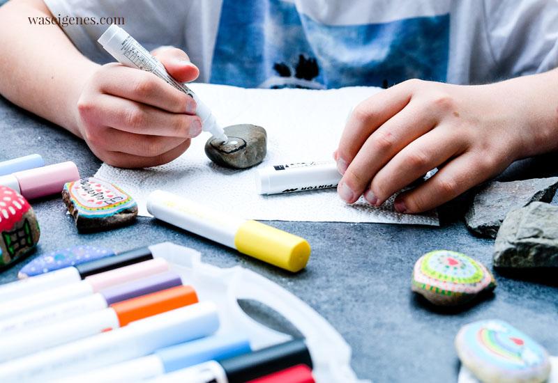 DIY Steine bemalen - tolles DIY für Groß und Klein. Steine sammeln, bemalen und in der Natur auslegen | waseigenes.com #waseigenes #Steinebemalen