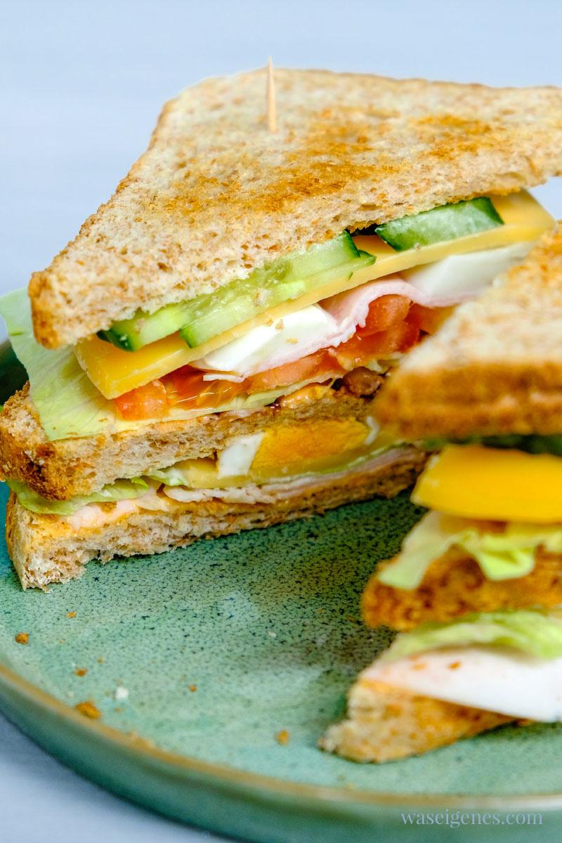Schnell auf dem Tisch: Clubsandwich mit Eisbergsalat, Tomate, Putenwurst, Käse und Bacon, Salatgurke und Ei | waseigenes.com #we #waseigenes #clubsandwich
