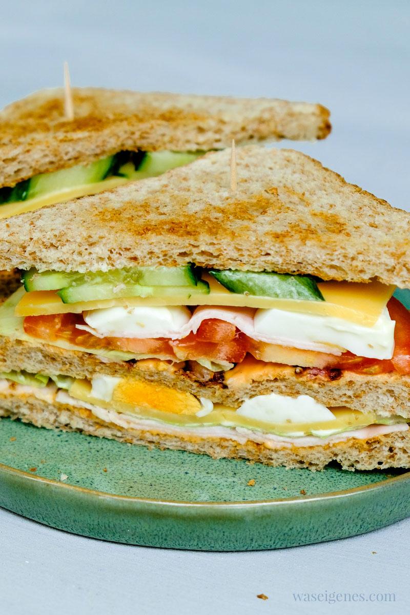 Mittagessen Inspiration: Clubsandwich mit Eisbergsalat, Tomate, Putenwurst, Käse und Bacon, Salatgurke und Ei | waseigenes.com #we #waseigenes #clubsandwich