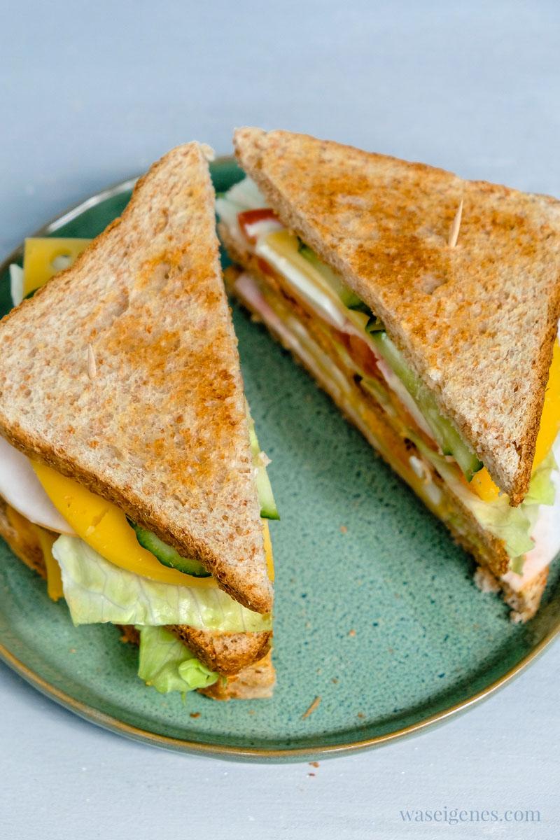 Ein Club Sandwich zu Hause machen:  Toastbrot, Eisbergsalat, Tomate, Putenwurst, Käse und Bacon, Salatgurke und Ei | waseigenes.com #we #waseigenes #clubsandwich