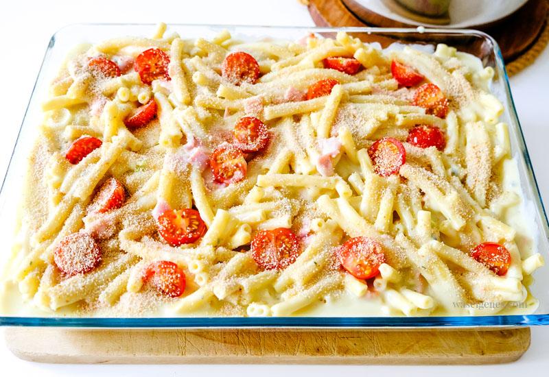 Rezept: Schneller Makkaroni-Auflauf mit gekochtem Schinken, Tomaten und Gorgonzola-Sauce, waseigenes.com #we #waseigenes #nudelauflauf #schnellesgericht