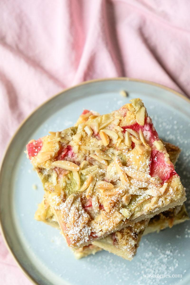 Blechkuchen mit Rhabarber, weißer Schokolade und Mandelstiften | waseigenes.com #we #waseigenes #blechkuchen #rhabarberkuchen #rezept