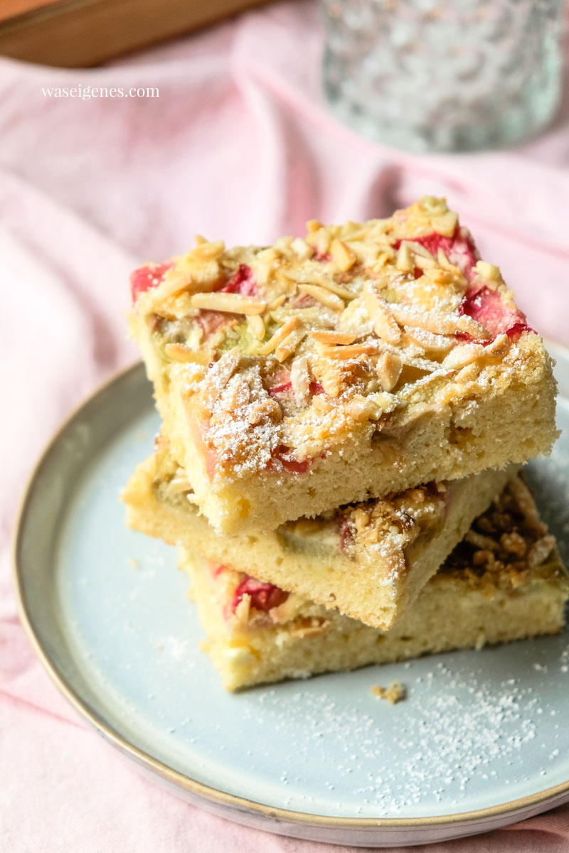 Kuchen vom Blech mit Rhabarber, weißer Schokolade und Mandelstiften | waseigenes.com #we #waseigenes #blechkuchen #rhabarberkuchen #rezept