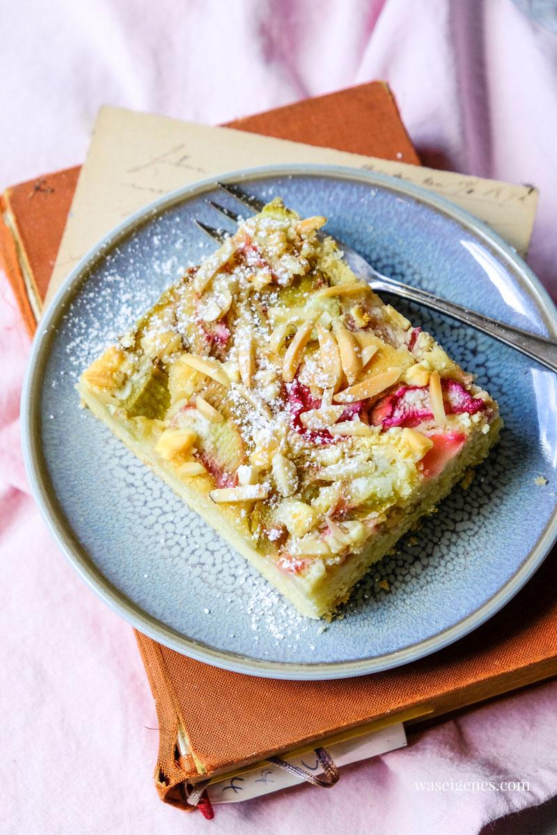 Rezept: Rhabarber Blechkuchen mit weißer Schokolade und Mandelstiften | waseigenes.com #we #waseigenes #blechkuchen #rhabarberkuchen